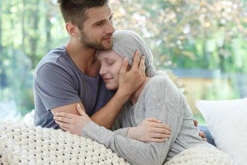 Kuinka pysyä rauhallisena, kun rakkaalla on syöpä