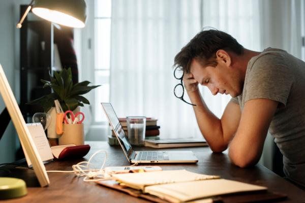 Palkka ja mielenterveys: epävarmuuden psykologiset kustannukset